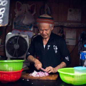 """Jimy"" Choko Tsukasan, owner of the stall ""Antojitos Suki"" in the Magdalena market, Magdalena del Mar district, Lima, 2017. / « Jimy » Choko Tsukasan, propriétaire de l'échoppe « Antojitos Suki » dans le marché de la Magdalena, quartier Magdalena del Mar, Lima, 2017."