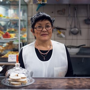 Angelica Oyakawa de Oshiro, 2nd generation, has been cooking traditional Peruvian dishes in the Magdalena market for the last forty years, Magdalena del Mar district, Lima, 2017. / Angelica Oyakawa de Oshiro, 2ème génération, prépare des plats traditionnels péruviens dans le marché de la Magdalena depuis quarante ans, quartier Magdalena del Mar, Lima, 2017.