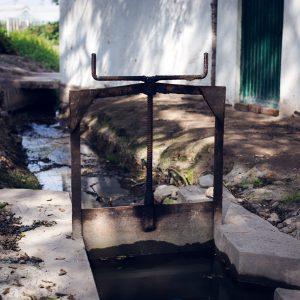 Irrigation system set up with the help from Japanese engineers. The Peruvian coast is arid. INIA, Huaral, 2017. / Système d'irrigation mis en place avec l'aide d'ingénieurs japonais. La côte péruvienne est désertique. INIA, Huaral,  2017.