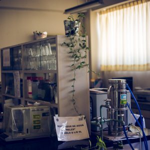 Laboratory to improve the quality of plants. Only Peruvian people work here now. INIA, Huaral, 2017. / Laboratoire pour améliorer la qualité des plantes. Seuls des péruviens travaillent aujourd'hui ici. INIA, Huaral, 2017.