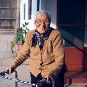 Mitsuko Kobayashi, 1st generation, in the garden of her son Lucho. Huaral, 2017. / Mitsuko Kobayashi, 1ère génération, dans le jardin de son fils Lucho. Huaral,  2017.