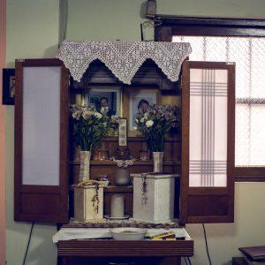 Butsudan, Buddhist religious sanctuary, accompanied by Catholic rosaries in memory of Carmen's parents. Huaral, 2017. / Butsudan, sanctuaire religieux bouddhiste, accompagné de chapelets en souvenir des parents défunts de Carmen. Huaral, 2017.